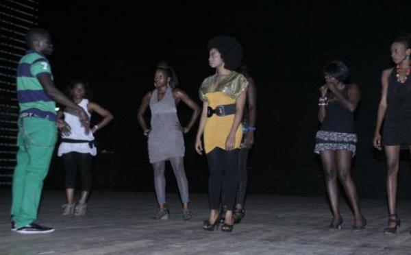 Adiouza prépare son prochain clip vidéo: Elle est en scéance de répétition dirigée par le danseur Pape Moussa