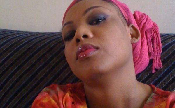Amina Poté en mode décontractée chez elle