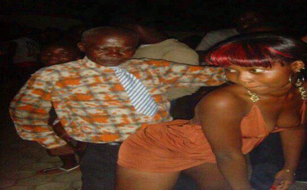 Un papi qui danse du dancehall avec une nymphette dans une discothèque