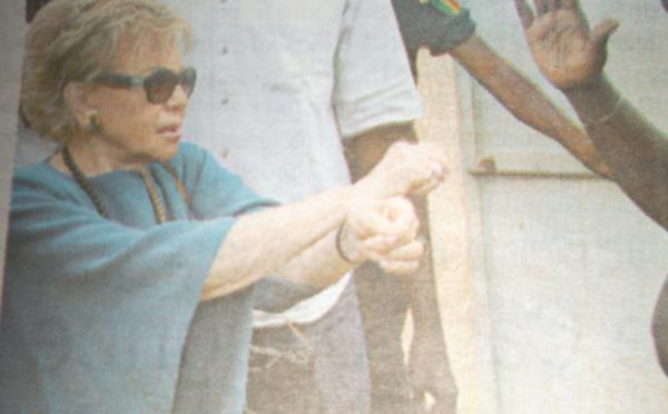 Madame Viviane wade demande au policier de lui passer les menottes