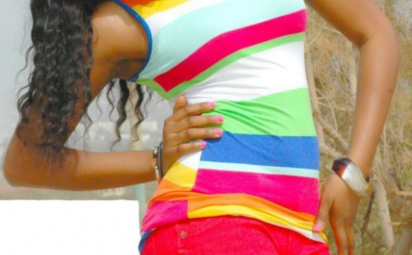 Le mannequin Emfa Fall sublime dans sa tenue d'été