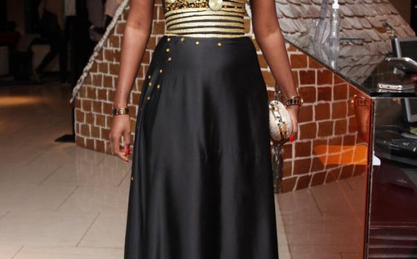 Elle porte une magnifique robe