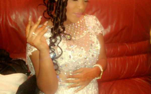 Astou Mbaye Nefertiti se glisse dans une robe de mariée