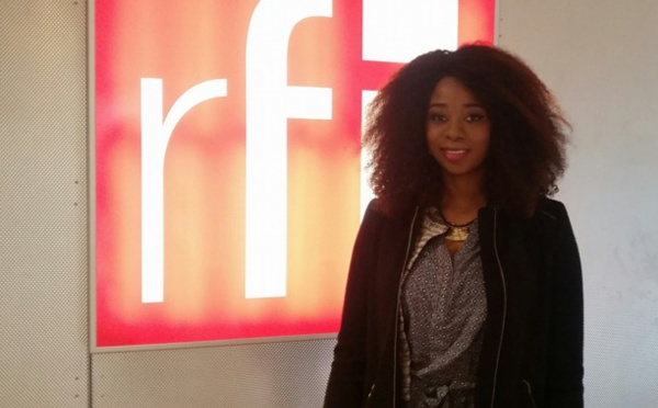 Adiouza dans les studios de RFI pour faire la promo de son actualité musicale