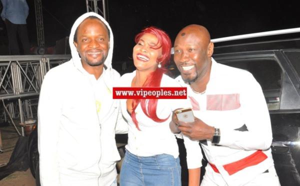 """Soumboulou Bathily, l'actrice vedette de la série """"wiri wiri"""" en toute complicité avec ses"""" deux maris"""" Jojo et Cheikhouna"""