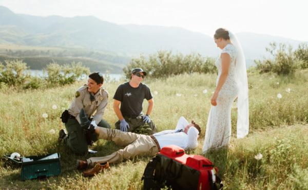 Cet homme a été mordu par un serpent pendant la séance photo de son mariage