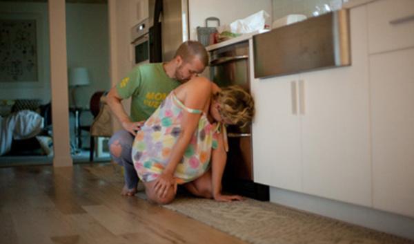 Images splendides et émouvantes d'un accouchement naturel à la maison