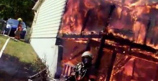 Un pompier filme un impressionnant incendie avec une caméra sur son casque