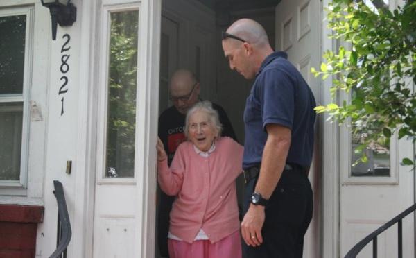 Cette femme honorée par des pompiers pour ses 100 ans est merveilleuse