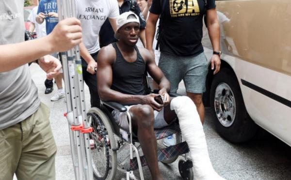Arrêt sur image : Demba Bâ quittant l'hôpital sur une chaise roulante