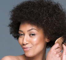 Cheveux : les 5 mauvaises habitudes qui vous font frisotter