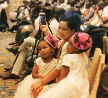 Appréciez cette belle maman avec ses filles, lors de la visite du Président Macky Sall en Chine