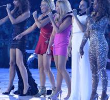 Mel B des Spice Girls tombe de ses talons hauts