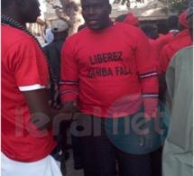 Photo- les partisans du maire de la Médina, Bamba Fall brandissent la couleur rouge pour protester contre son son arrestation!!!