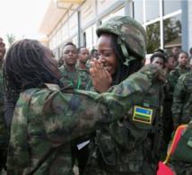 Photos: Toute émue d'être aux cotés de son Président Paul Kagame, une jeune soldate rwandaise fond en larmes...