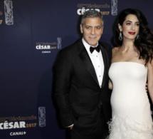 Photo-L'arrivée de Georges Clooney à la cérémonie des César, avec son épouse Amal qui exhibe son ventre rond