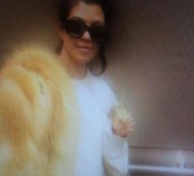 Kourtney Kardashian choque avec un énorme manteau de fourrure (Photo)