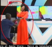 Vidéo: Adiouza accepte la demande en mariage de Ndiaye de la TFM. Regardez!!