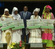 Secteur pêche :  Macky SALL remet des chèques à 31 femmes représentantes des GIE bénéficiaires