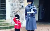 Ce petit garçon a réussi à faire fondre le cœur de ce soldat de la Garde royale britannique