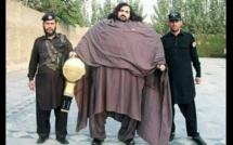 Insolite : A 25 ans, Arbab Khizer Hayat pèse 435 Kg et réalise des exploits impressionnants…photos