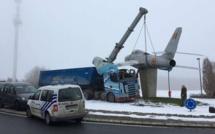 Incroyable: Un camion percute un avion...