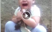 EMOUVANT : Une petite fille pleure à chaudes larmes pour son pigeon mort, poignant