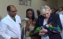 En visite au Tchad: Marine Le Pen prend un bébé noir dans ses bras. Réactions des Tchadiens