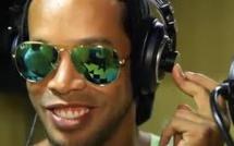 VIDEO - Ronaldinho sort un single