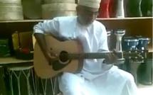 Un vieil homme marocain qui chante Bob Marley, quelle voix! Incroyable!