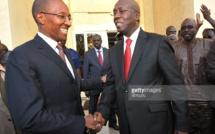 Abdoul Mbaye lors de sa prise de fonction de premier ministre avec Souleymane Ndéné Ndiaye le 5 avril 2012.