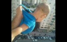 Un homme menace de lâcher un bébé dans le vide s'il n'a pas «1000 j'aime » sur Facebook.