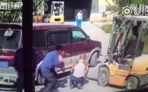 Une voiture la retourne complètement en lui reculant dessus et pourtant, elle s'en sort totalement indemne