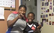 Une maman fait une blague à son fils pour son anniversaire... A mourir de rire!