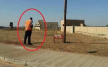 Arrêt sur image: Ce policier urine en pleine rue devant une pancarte qui...l'interdit !