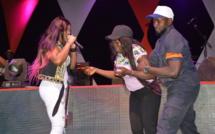 Vidéo: Une fan surexcitée, perturbe le show de Titi