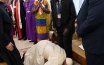 Soudan du Sud : le Pape embrasse les pieds des rivaux pour encourager à la paix