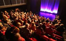 Royaume-Uni : Un humoriste meurt sur scène, le public croit à un sketch et continue de rire