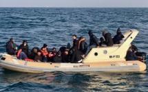 Une migrante africaine accouche à bord d'un canot pneumatique en mer