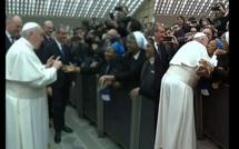 «Un baiser mais ne mordez pas!», la condition du Pape François pour embrasser une religieuse (vidéo)