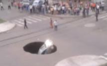 Vidéo - Une voiture avalée par un trou béant dans la chaussée
