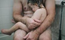 La maman prend une photo quand elle voit son mari dans la douche avec son fils d'un an. Mais ce qui se cache derrière cette image affole tous les internautes!