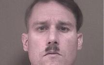 """Un suprématiste blanc, """"sosie"""" d'Hitler arrêté"""