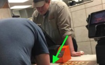 Quand les clients ont vu ce que cet homme faisait au comptoir du fastfood, ils ont tous été comme médusés!