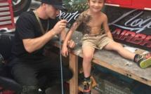 Cet homme tatoue des têtes de mort sur des gosses de moins de 10 ans! Mais attendez de savoir pourquoi!