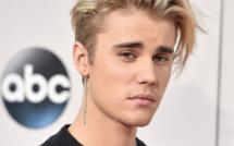 Justin Bieber : il tombe de scène à cause de son pantalon