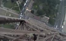 Ils escaladent la Tour Eiffel sans aucune sécurité